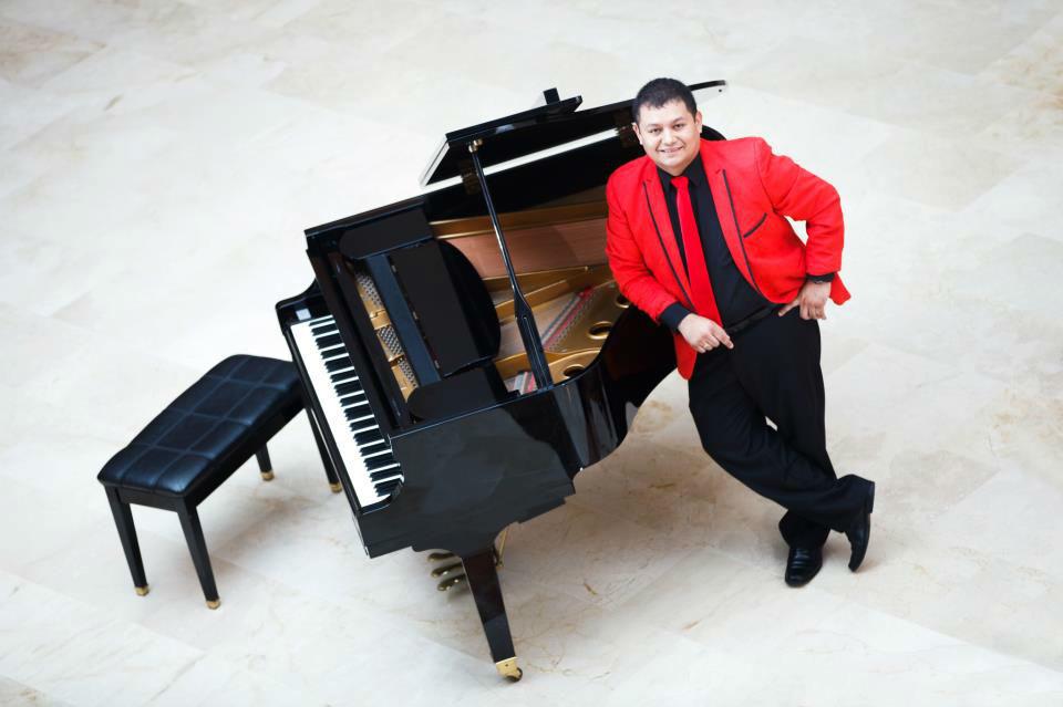 Ludwing Sanabria / Lic. en música UIS   Director General Grupo Mozambique  Pianista  Arreglista  Productor