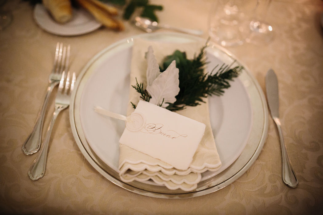 Mise en place (real wedding): Tags segnaposto manoscritta in seppia con sigillo avorio e nastrino in tinta.