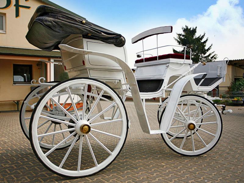 Beispiel: Offene Viktoriakutsche mit rotem Samt, Foto: Hochzeitskutschen Hessen.