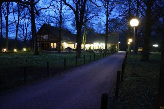 Beispiel: Restauranteinfahrt am Abend, Foto: Parkrestaurant Alte Mühle.