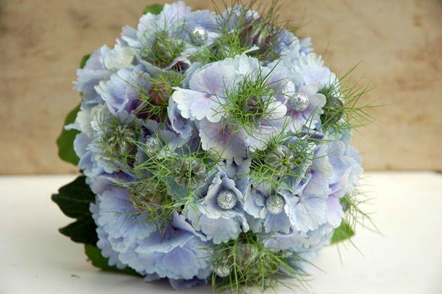 Beispiel: Brautsträuße mit blauen Blumen, Foto: Frau Rose Floristik.