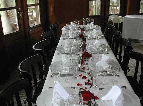 Beispiel: Hochzeitstafel drinnen, Foto: Teehaus Weissenburgpark.
