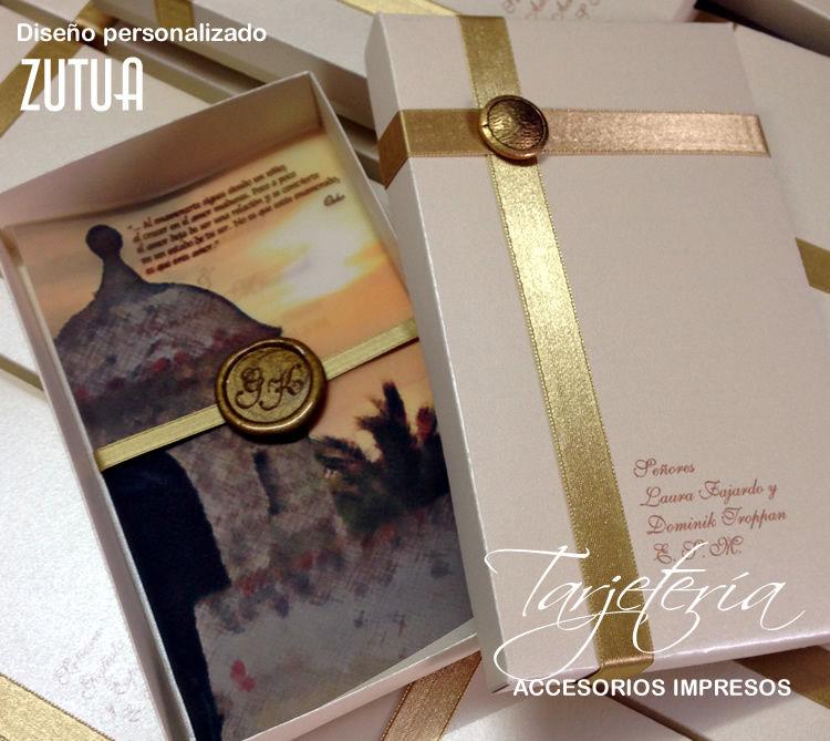 Caja con sello de lacre y accesorios decorativos personalizados