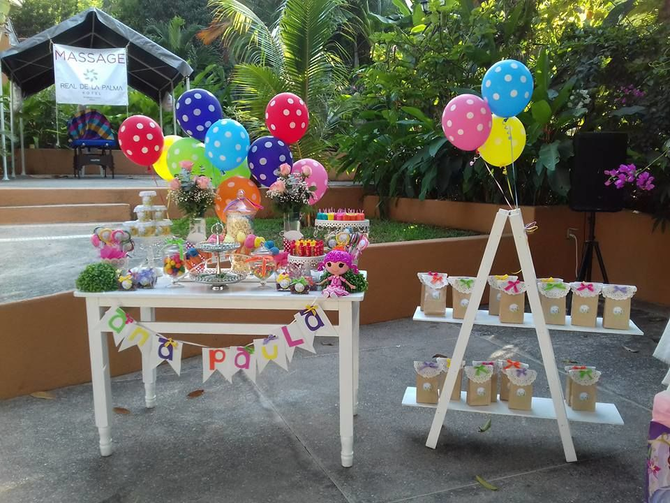 Mesa de dulces con temática colorida
