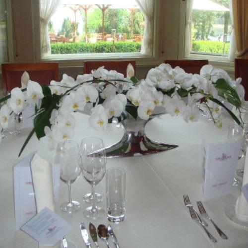 Beispiel: Gesteck für den Brauttisch, Foto: AZ- Floristik und Dekoration.