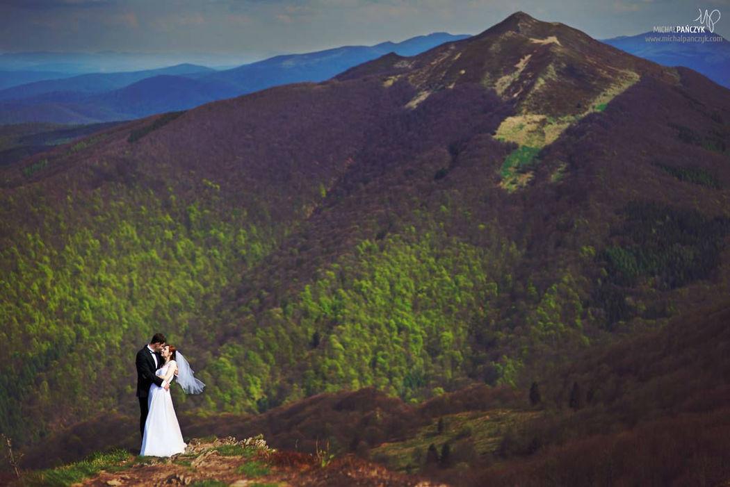 Para Młoda na tle pięknego krajobrazu