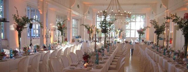 Beispiel: Hochzeitsfeier - lange Tafeln, Foto: Villa am Jachthafen.