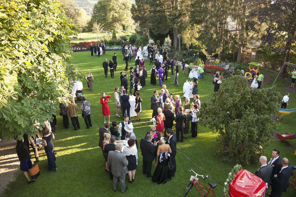 Beispiel: Hochzeitsgesellschaft im Garten, Foto: Garten Hotel Maria Theresia.