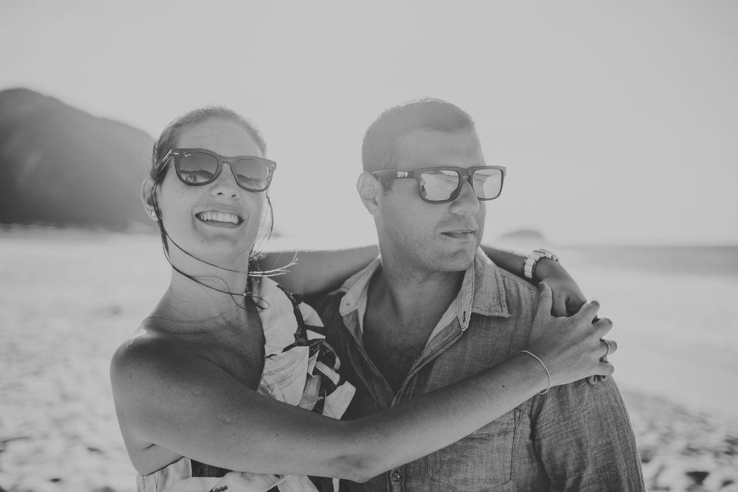 noivos abraçados na praia