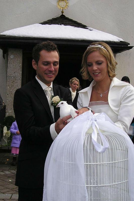 Beispiel: Brautpaar mit Tauben, Foto: Hochzeitstauben Fleckner.