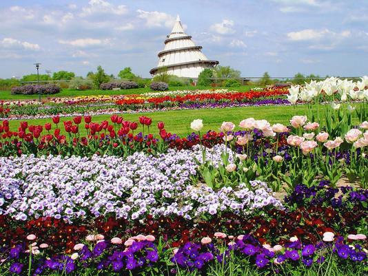 Beispiel: Außenansicht mit Blumen, Foto: Jahrtausendturm.