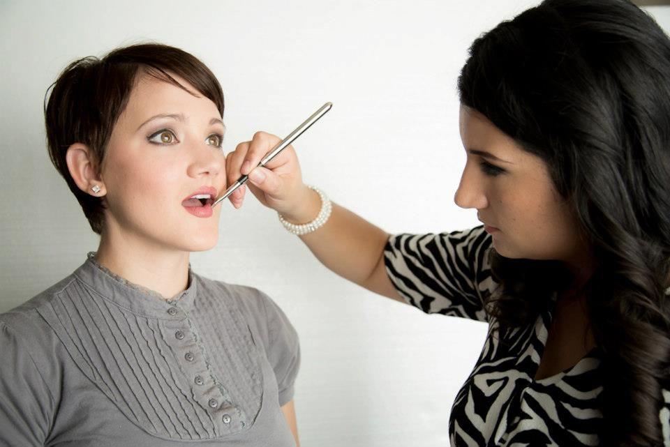 Maquillando en una prueba de Maquillaje