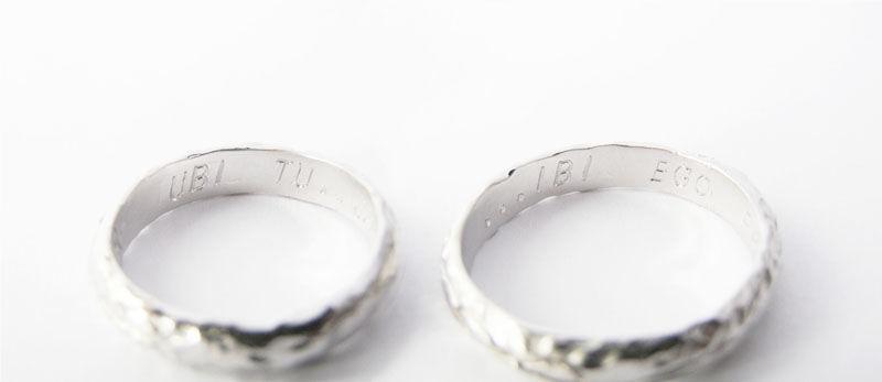MIOeTUO - anelli in oro bianco, effetto battuto con formula matrimoniale latina incisa all'interno