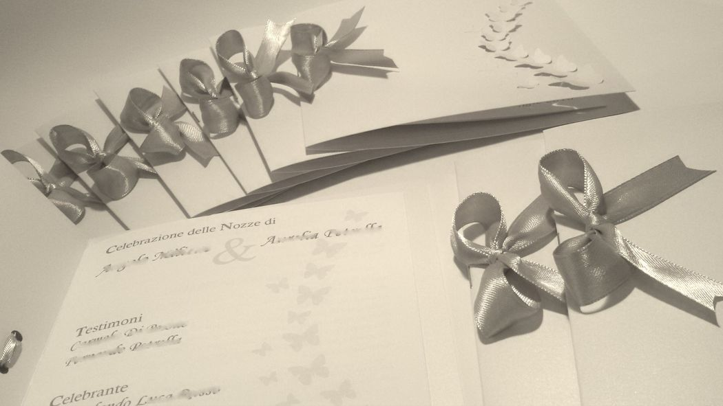 Libretto Messa con intaglio di farfalle e nastro grigio perla