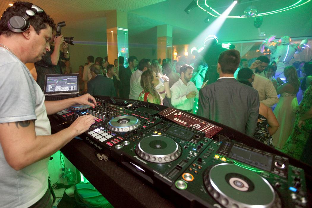 O nosso parceiro o DJ Serginho enche a pista de dança nos casamentos.