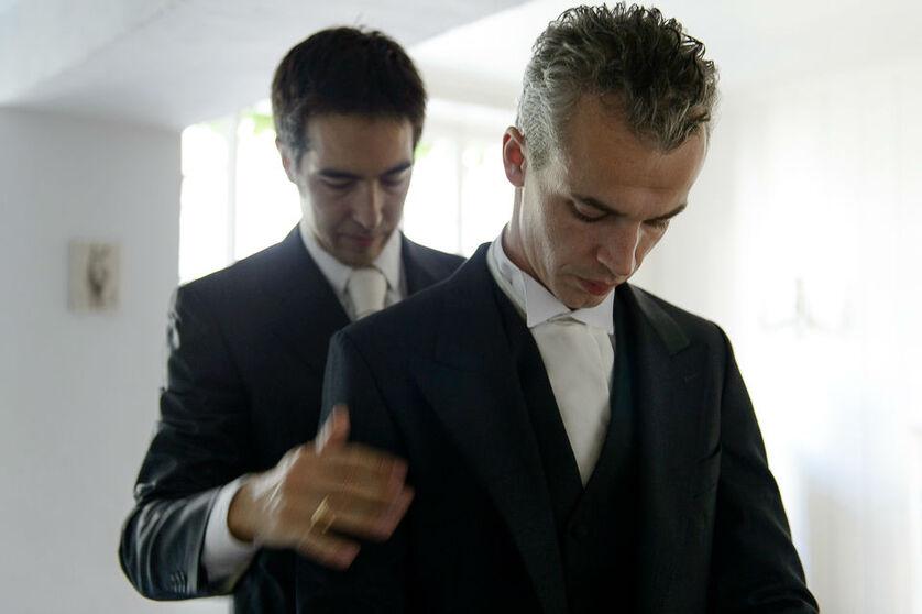 Les préparatifs du mariés, accompagné de son témoin.