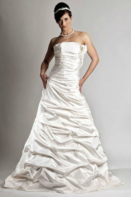 Beispiel: Individuelle Hochzeitskleider, Foto: Saray Brautmoden.