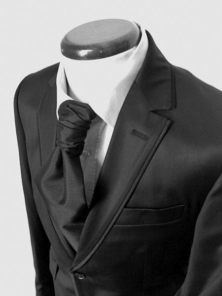 Costume sur mesure chintsé avec liseré sur revers et lavallière en soie Prestige Bespoke à Lille