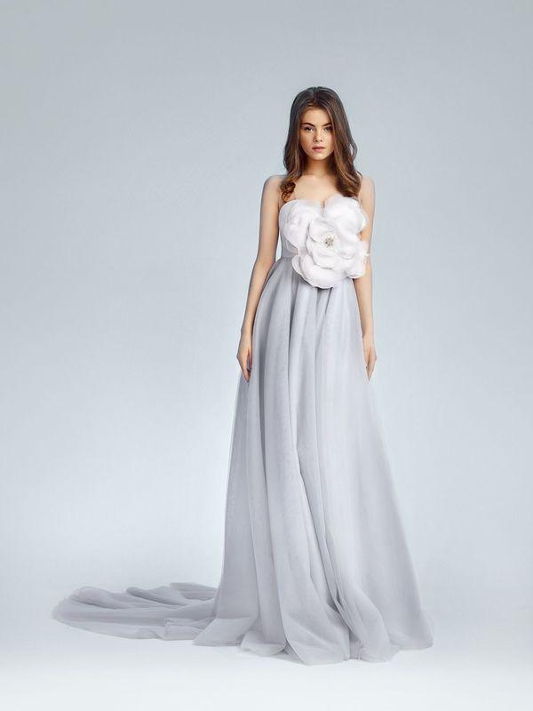 Легкое платье с открытыми плечами и невесомым бантом на корсете