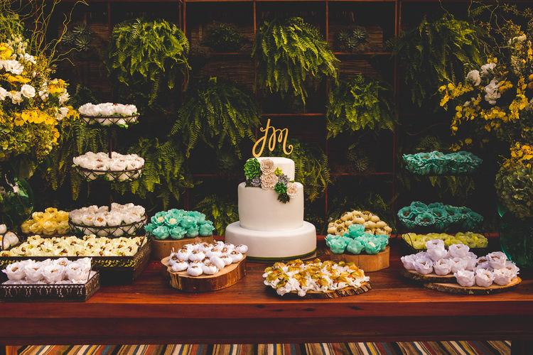 Nossa mesa de doces com a estante viva de plantas. Que lindeza!