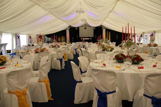 Beispiel: Hochzeitszelt und dekorierte Tische, Foto: Kuffler Catering.