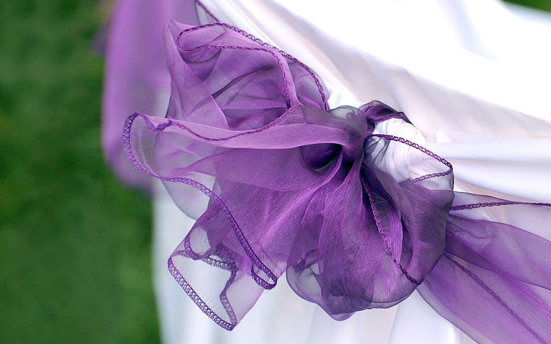 Beispiel: Stuhlhussen mit lila Stoff unter freiem Himmel, Foto: Agentur Traumhaft.