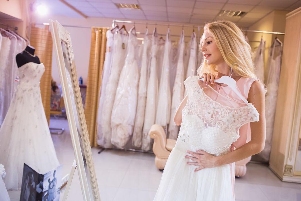 Dans cette quête parfois longue et difficile à la recherche de la robe idéale, il est souvent utile d'être accompagnée et conseillée par une spécialiste en mode nuptiale.