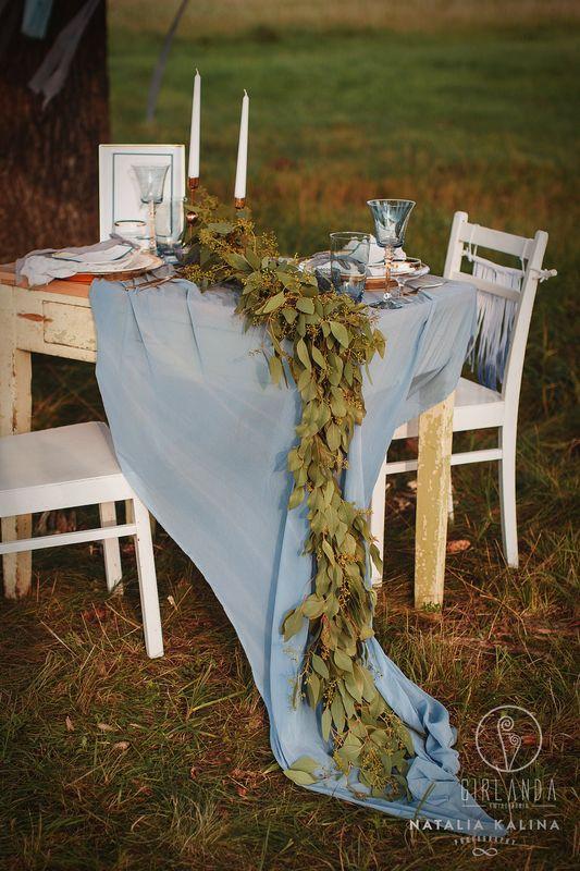 Dusty blue - dekoracja stołu, girlanda eukaliptusowa fot. Natalia Kalina