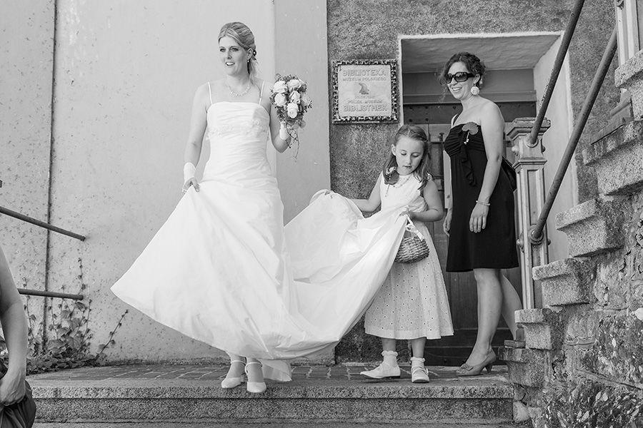 Beispiel: Braut nach der Trauung mit Brautjumper, Foto: Sandra Stamm Fotografie.
