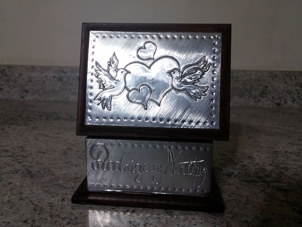 Caja 9x7 cms.  palomas con corazones, aluminio