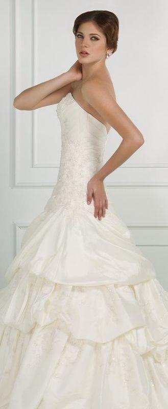 Rosas y Azares Bridal Boutique