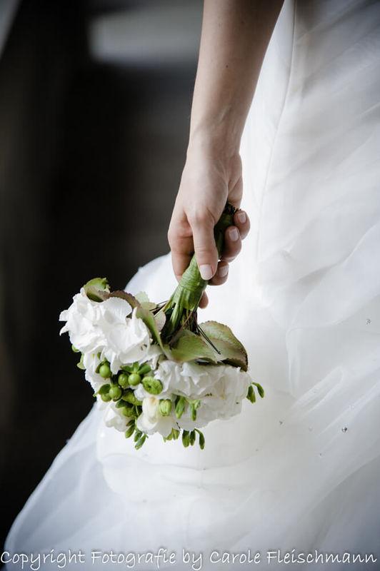 Beispiel:Der Brautstrauss muss unbedingt aufs Foto,Bild:Carole Fleischmann Fotografie