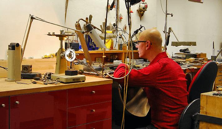 Beispiel: Carsten Heidenreich bei der Arbeit, Foto: Heidenreich Schmuck.