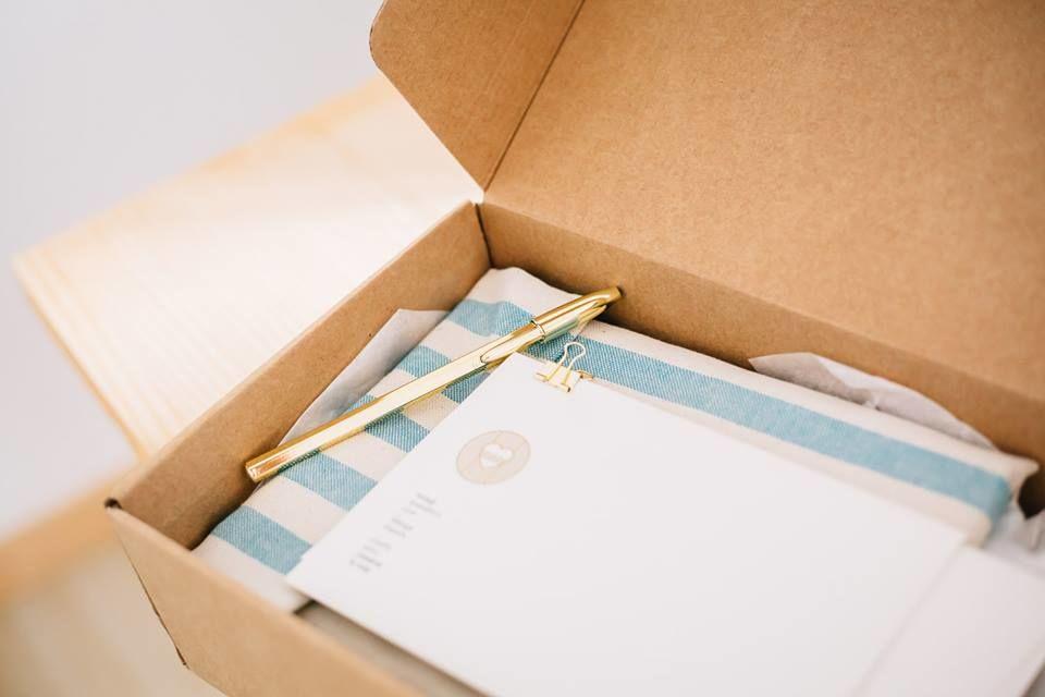 Packaging que preparamos para el envío del cuaderno 'A mar sabe el amor' de Loveratory, con detalle de funda de tela a rayas y regalo del 'Manifiesto Loveratory' #paperlovers