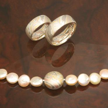 Beispiel: Mokume Gane Trauringe und Halskette, Foto: Wiesner - Die Goldschmiede.