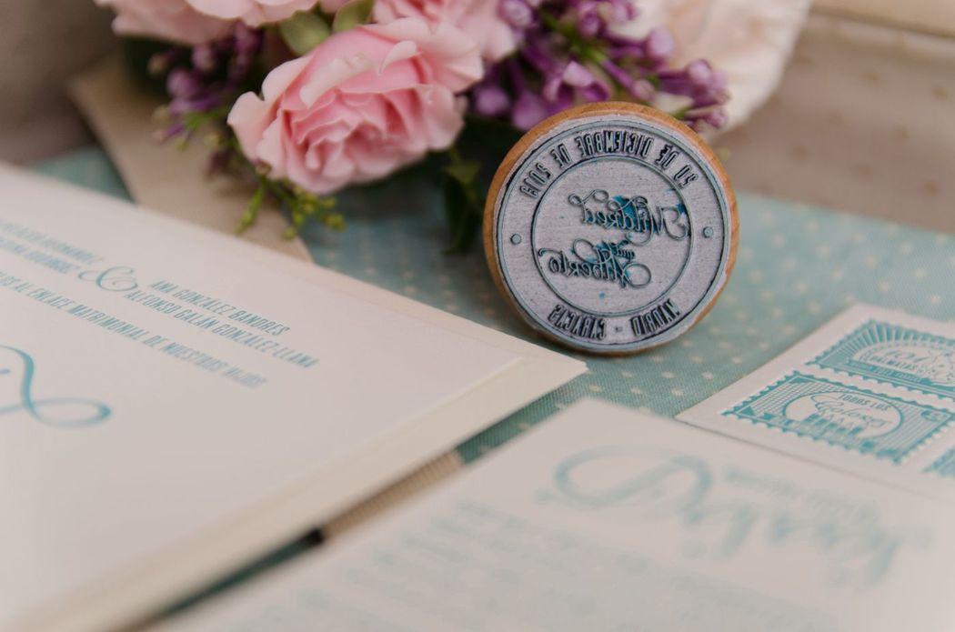 Detalle sello de caucho con logo de la boda diseñado para estas invitaciones de boda vintage impresas en letterpress.