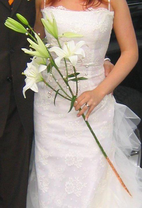 Eine weiße Lilie mit Kupferdraht und Perlen...pure Extravaganz.