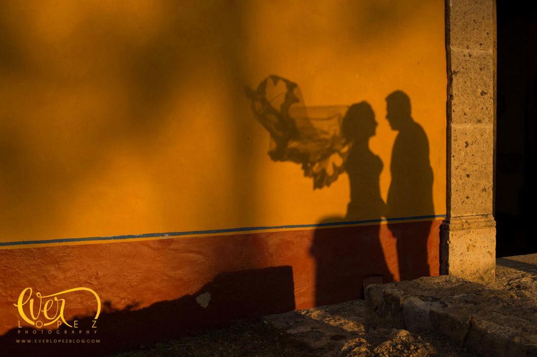 Sesion de fotos formales de novios previo a la misa el dia de la boda en Hacienda Lomajim  Fotografia de boda por fotografo profesional de bodas Ever Lopez