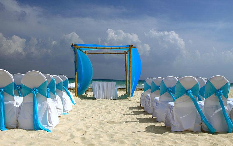 Beispiel: Stuhlhussen mit blauem Stoff am Strand, Foto: Agentur Traumhaft.