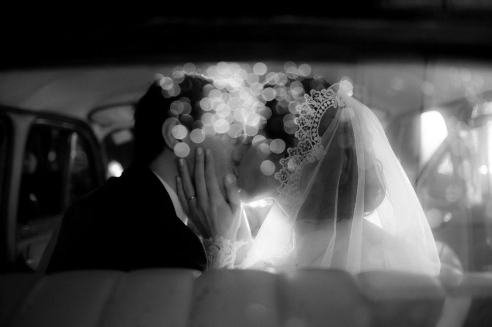 Foca • Noivos beijando no carro