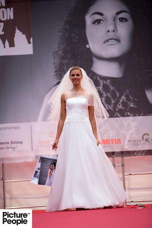 Helen Bender Beispiel Kollektion 2017 Romantisches Brautkleid mit Raschelspitze