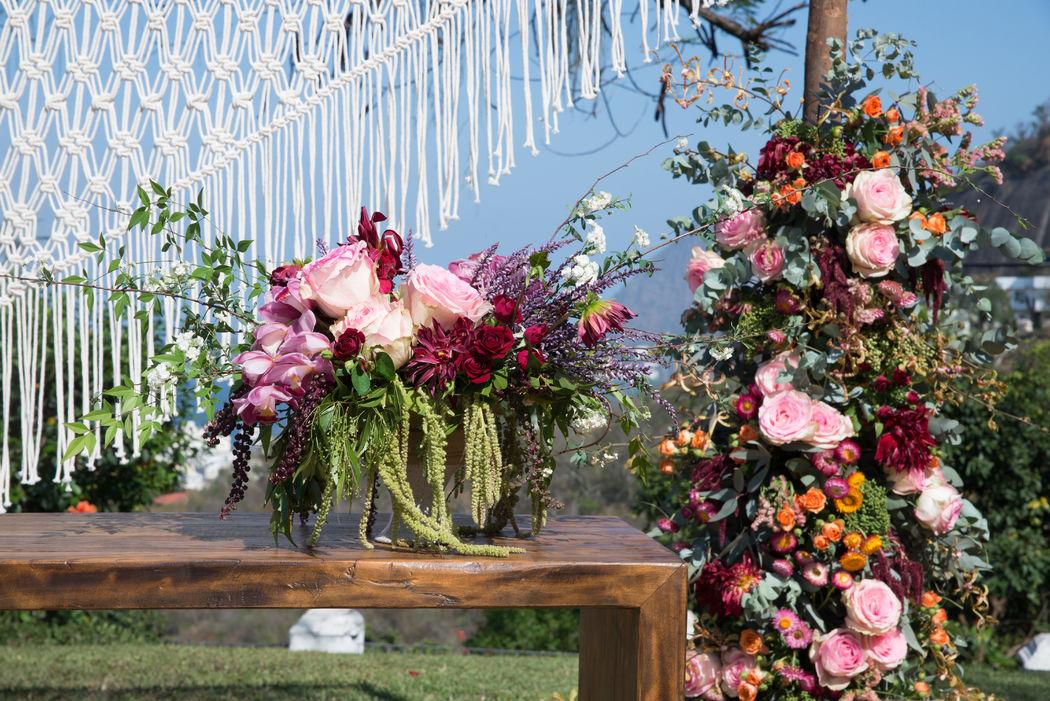 Detalhe do altar da cerimônia. Arranjos florais maravilhooooosos