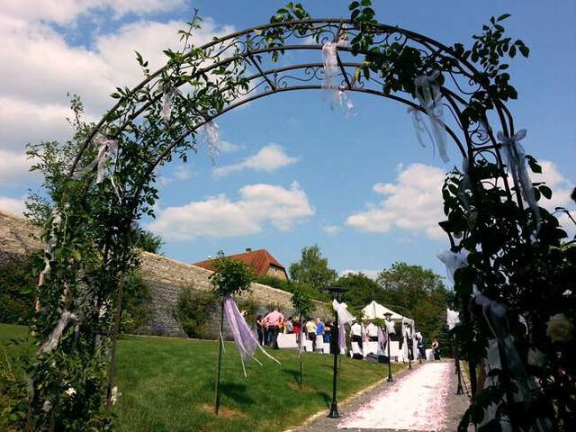 Beispiel: Rosenbogen für die romantische Hochzeit, Foto: Butterfly Dreams.