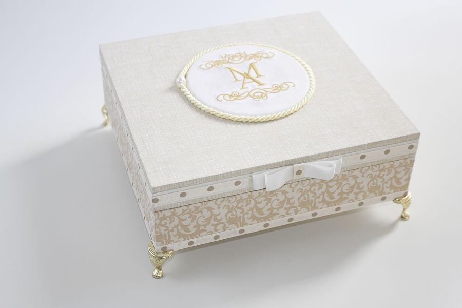 Caixa MDF Forrada em Tecido de algodão , Brasão Bordado e Pata Egípcia