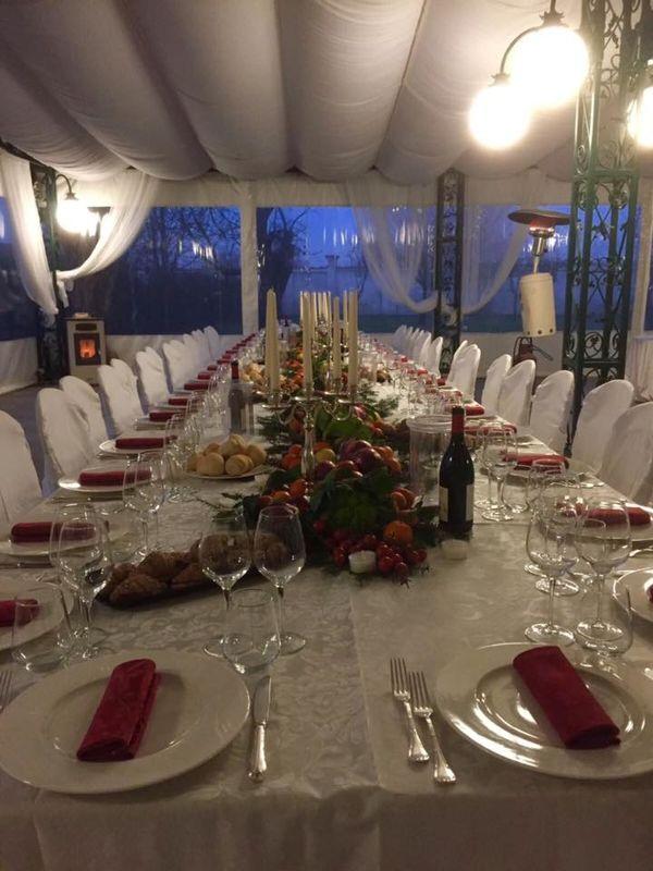 Veranda in notturna con tavolo imperiale