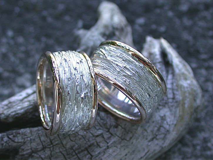 Beispiel: Schilf-Look Rotgold-Silber, Foto: Goldschmiede Vicina.