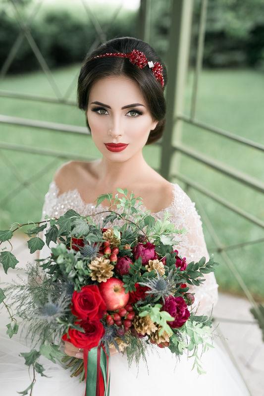 Букет невесты из розочек, пионов, гиперикума, рубуса, эрингиума, шишек, яблок и разнообразной зелени  Флорист Рина Озерова