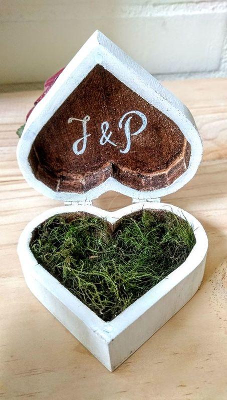Porta alianzas Corazón Madera Rústico Personalizado con Flores de Papel  Modelo Caja Corazón de madera  Medidas: 12*9.4*6.5cm Precio $16.000 (desde Marzo 2017)
