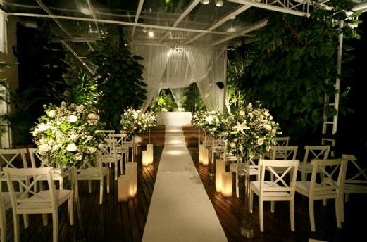 Cerimônia com velas e passadeira branca
