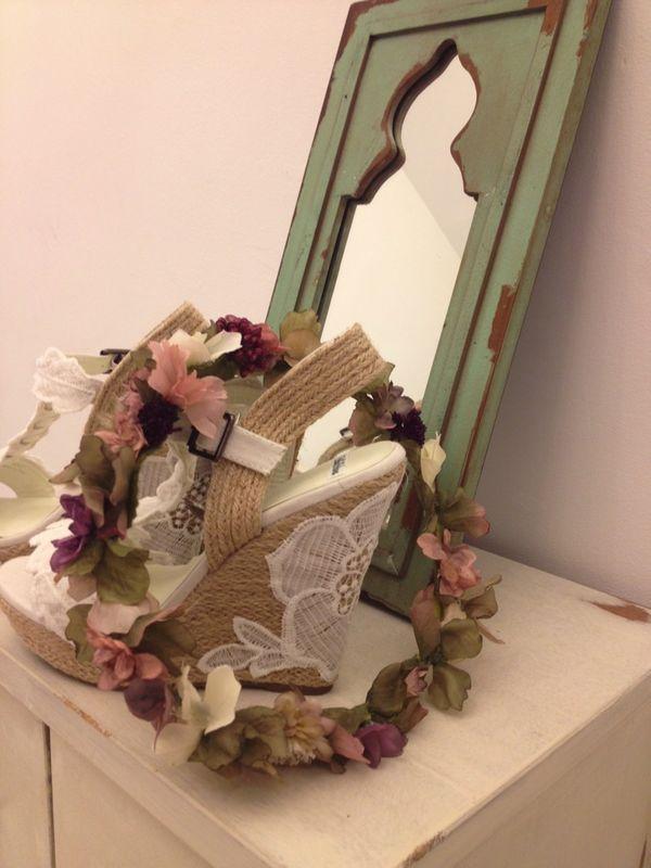 Alpargatas y corona de flores para novia.